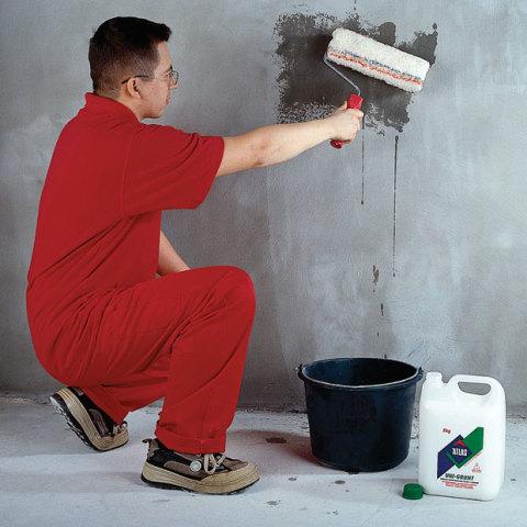 Грунтование стен увеличит адгезию и свяжет пыль