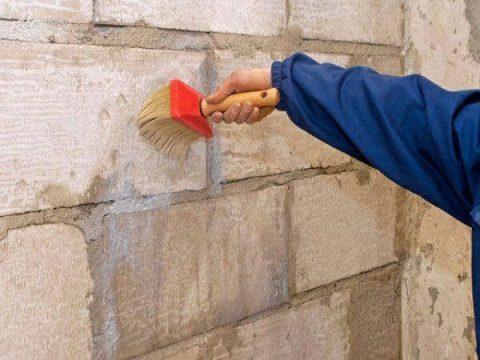 Грунтовка стены кистью