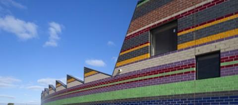 Используя краску на кирпичных фасадах дома, вы можете создать неповторимый дизайн своего жилища и добавить красок и настроения