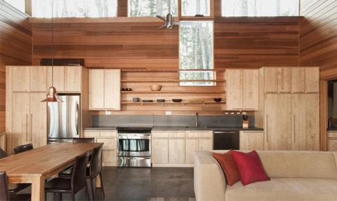 Как оформить стены на кухне деревом, это круто, но проблематично, хотя современные отделочные материалы для стен, имитирующие дерево, помогут решить эту задачу