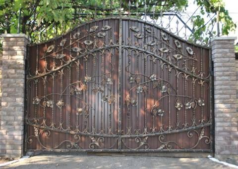 Кованные ворота ручной работы, окрашенные кузнечной краской