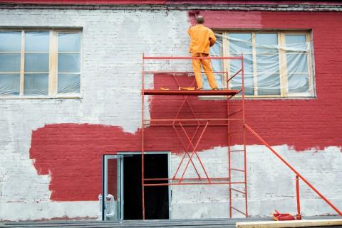 Латексная краска для кирпичных фасадов имеет множество положительных качеств и она прослужит вам довольно долгое время, не теряя насыщенности красок