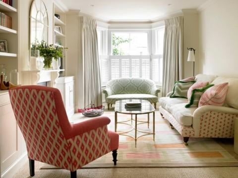Мебель разного цвета в гостиной
