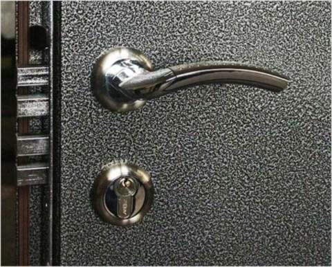 Молотковая краска применяется для металлических дверей, практически все изделия не обходятся без такого покрытия
