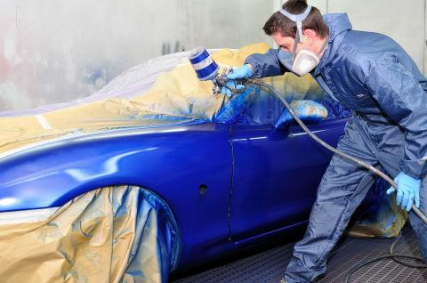 Мы видим пример, как происходит покраска компрессором автомобиля.