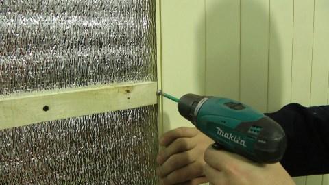 Мы видим пример крепления панелей пвх на деревянный каркас с помощью саморезов