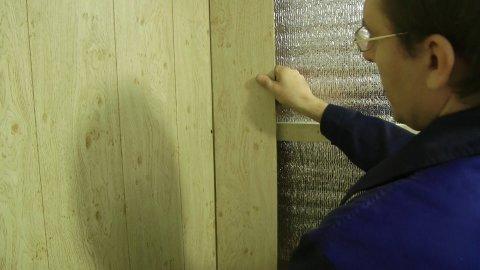 Мы видим пример крепления панелей пвх на обрешётку, заранее смонтированную под них