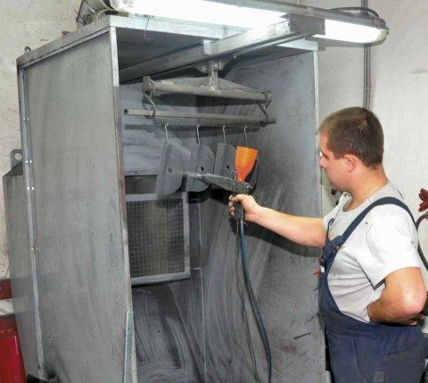 Мы видим пример оборудования для нанесения полимерной краски в небольших помещениях.