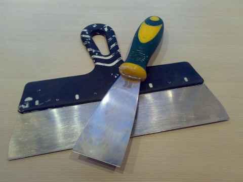 Мы видим пример основных инструментов, которые понадобятся для работы с акриловой шпаклёвкой