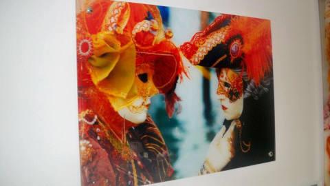Мы видим пример стеклянного панно выполненного с помощью самоклеющейся плёнки, с ярким изображением
