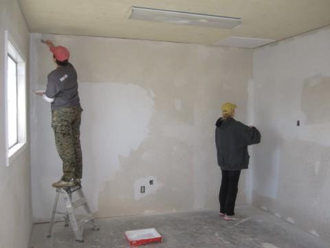 Мы видим процесс предварительной обработки стен, перед нанесением акриловой шпаклёвки