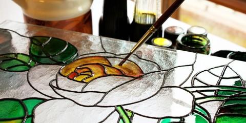 Мы видим процесс создания стеклянного панно, имитирующего старинные витражи