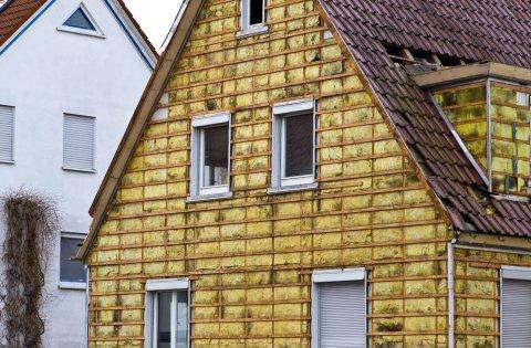 Мы видим утеплённые стены дома с помощью минеральной ваты