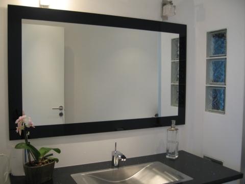 Мы видим зеркало в раме на стену.
