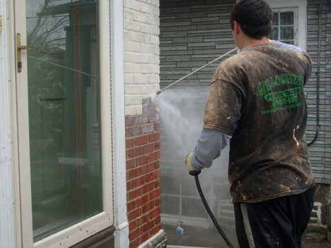 На фото мы видим, как наносится краска на кирпичную стену дома, с помощью краскораспылителя, но не все виды красок можно распылить