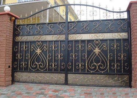 На фото мы видим металлические ворота, окрашенные в черныйцвет.
