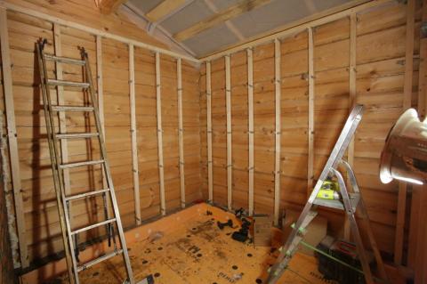 На фото мы видим подготовку стен деревянного дома, под обшивку их гипсокартоном