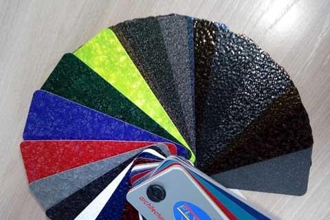 На фото мы видим пример пробника, показывающего различные цвета и виды полимерных красок.