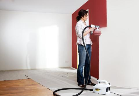 На фото мы видим процесс окрашивания стены с помощью пулевизатора