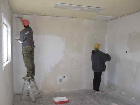 На фото мы видим процесс подготовки стен для обшивки их гипсокартоном