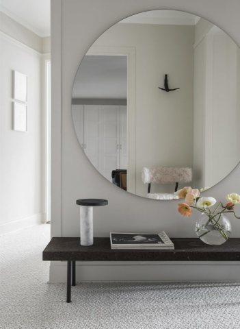На фото мы видим зеркало на стену в прихожую.