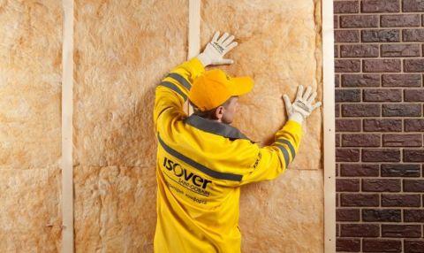 На фото представлен процесс утепления наружных стен дома