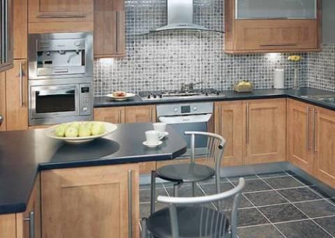 На фотографии мы видим пример, как оформить стены в кухне плиточкой