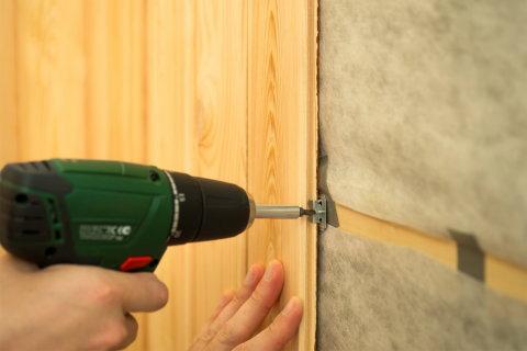 На фотографии мы видим процесс крепления пвх панелей к стене с помощью кляймеров