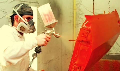 На любую металлическую поверхность полимерные краски наносятся с помощью специальных распылителей.