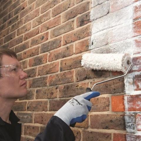 Нанесение краски на кирпичные стены дома, не требует от вас каких-то особых навыков или специального оборудования, её легко нанести самому, с помощью валика или кисти