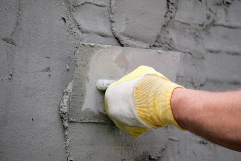 Нанесение штукатурки на основе цемента
