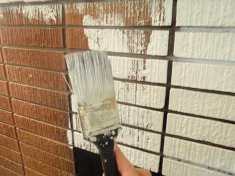 Наносить латексную краску на кирпичные стены фасада вашего дома лучше всего с помощью валика или кисти, в зависимости от объёма работ, чтобы избежать подтёков