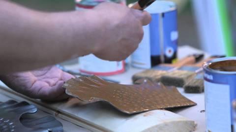 Небольшие поверхности или элементы декора удобней красить кистью