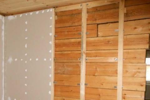 Неровные деревянные стены, чтобы обшить гипсокартоном, нужно обязательно делать каркас
