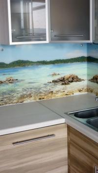 Очень хорошо стеклянное панно подойдёт на кухню, в виде кухонного фартука