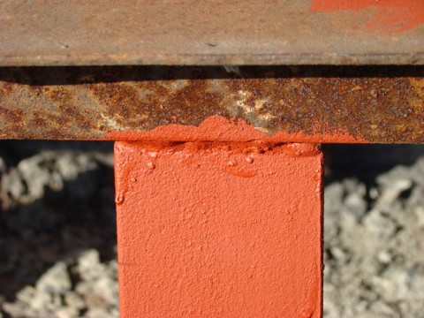 Окрашенный участок металлической ржавой поверхности