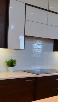 Отделка стены над рабочей поверхностью кухни пластиковыми панелями