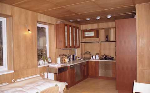 Панели на стенах кухни могут быть из различных материалов, большой ассортимент позволяет подобрать панели под любой стиль интерьера кухни