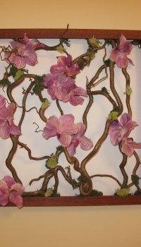 Панно-икебана может быть украшена дополнительными элементами, например, искусственными цветами