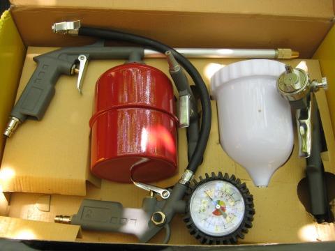 Покрасочный краскопульт и ниппель с манометром для подкачки колёс в разобранном виде.