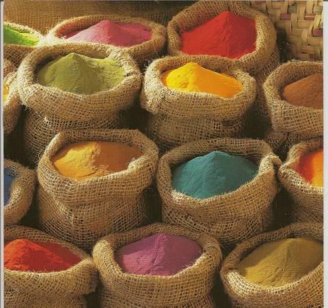 Порошковые полимеры разных цветов.