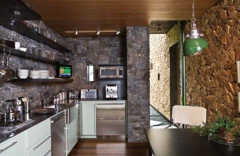 Пример, как отделать кухонные стены камнем и деревом, и как совместить эти отделочные материалы, чтобы они гармонировали и украшали нашу кухню