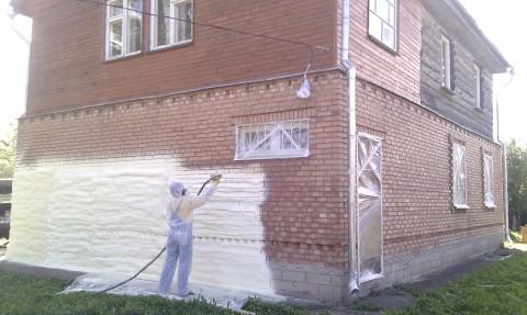 Процесс нанесения пенополиуретана на наружные стены дома