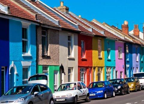 Разноцветная краска для кирпичных стен, может служить несколько десятков лет, не теряя насыщенности и яркости цветов