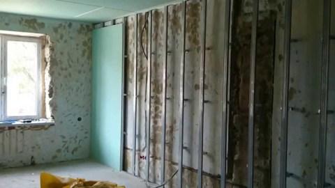 С помощью гипсокартона можно выровнять стены и утеплить их.