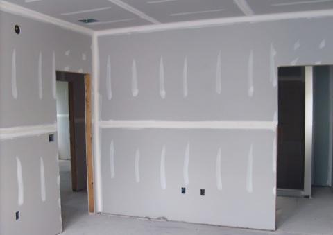 С помощью гипсокартонной стены можно разделить большое помещение.