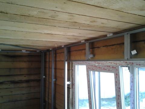 С помощью гипсокартонных листов, вы легко выровняете и утеплите стены в своём деревянном доме