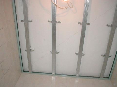 С помощью каркаса под пвх панели можно выровнять стены или спрятать коммуникации