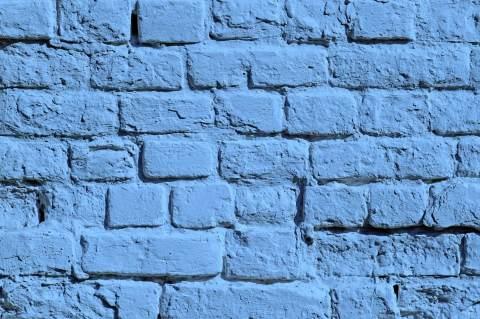 С помощью краски вы легко можете обновить старые кирпичные стены вашего дома, она не скроет неровности, но отвлечёт от них внимание