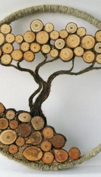 С помощью различных элементов от распиленных веток деревьев, можно создать интересные композиции